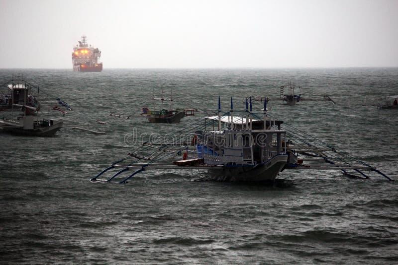 Barcos durante o tufão imagens de stock royalty free