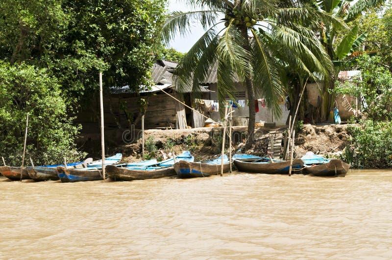 Barcos e cabanas de pesca ao longo do rio de Mekong foto de stock royalty free