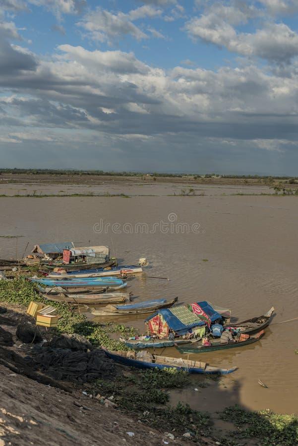 Barcos e casa de campo perto do lago sap de Tonle foto de stock royalty free