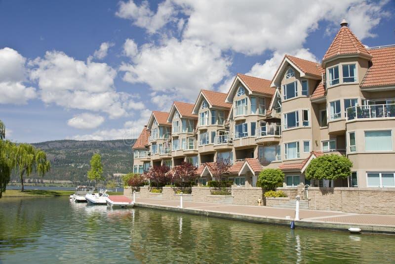 Barcos e condomínios imagens de stock royalty free