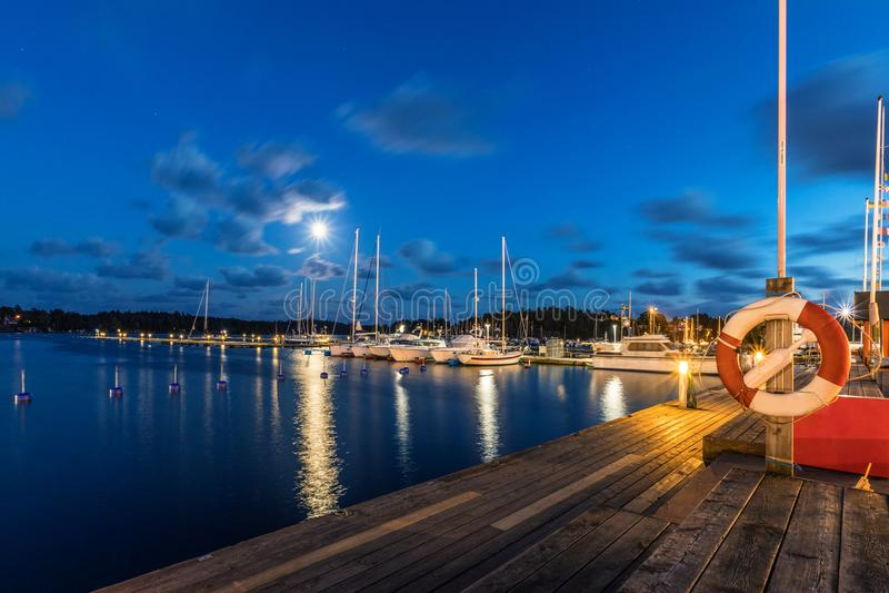 Barcos e iate de navigação no porto na noite Nynashamn sweden fotografia de stock