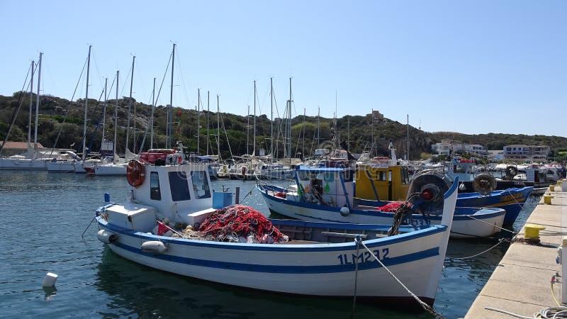 Barcos e iate de pesca no porto sardo fotos de stock