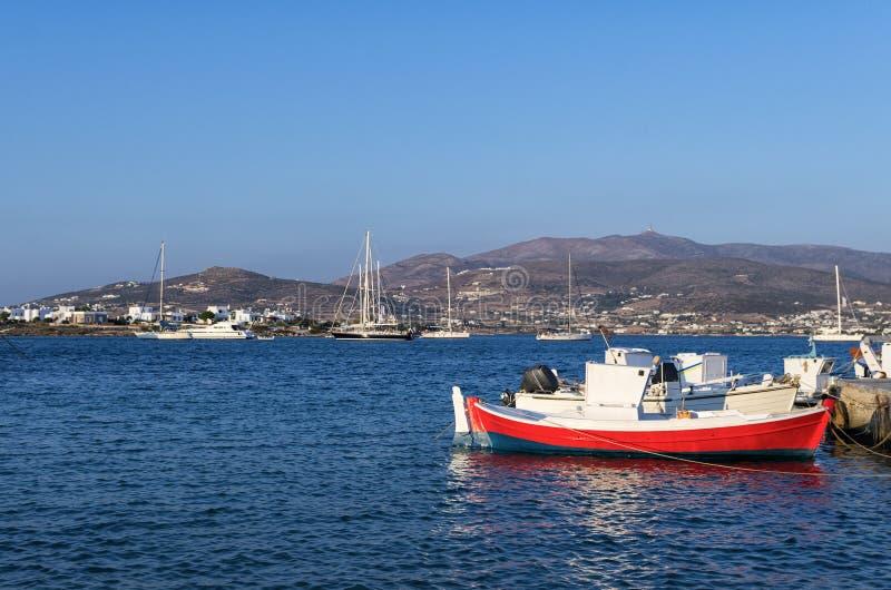 Barcos e iate na ilha de Antiparos, Cyclades imagem de stock