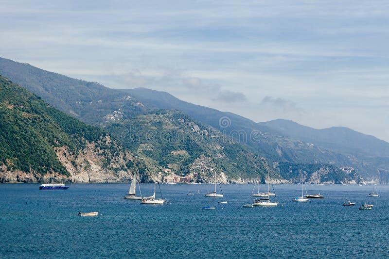 Barcos e iate no mar de Liguria, Itália imagens de stock