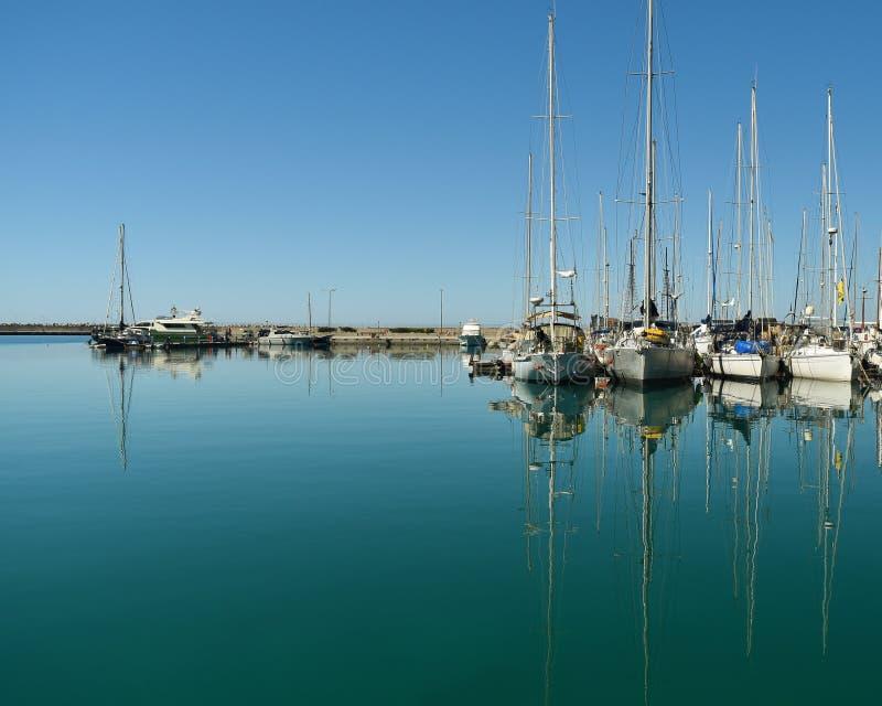 Barcos e iate no porto imagem de stock royalty free