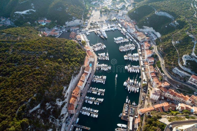 Barcos e iate no porto de Bonifacio, ilha de Córsega imagens de stock royalty free