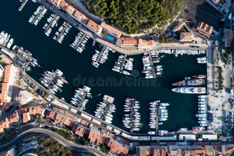 Barcos e iate no porto de Bonifacio, ilha de Córsega imagem de stock