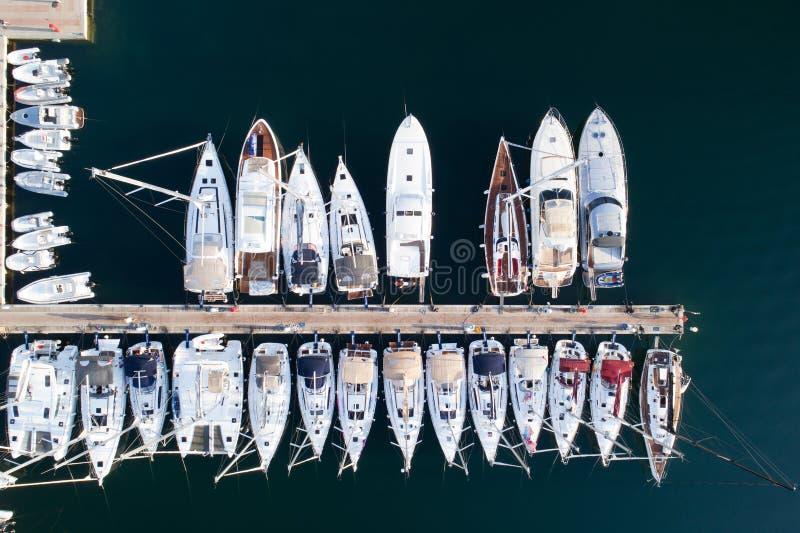 Barcos e iate no porto de Portisco, Sardinia fotografia de stock royalty free