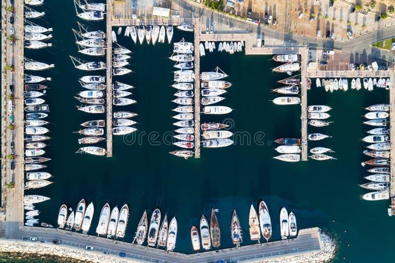 Barcos e iate no porto de Portisco, Sardinia imagens de stock