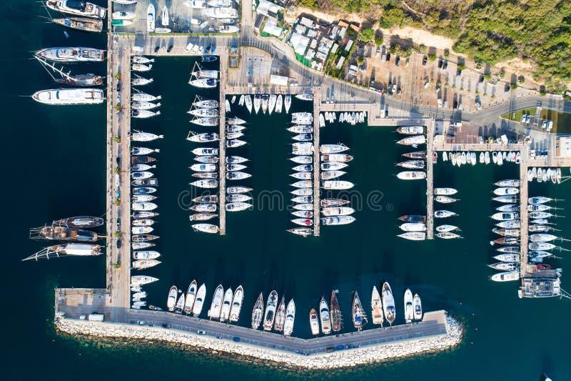 Barcos e iate no porto de Portisco, Sardinia foto de stock
