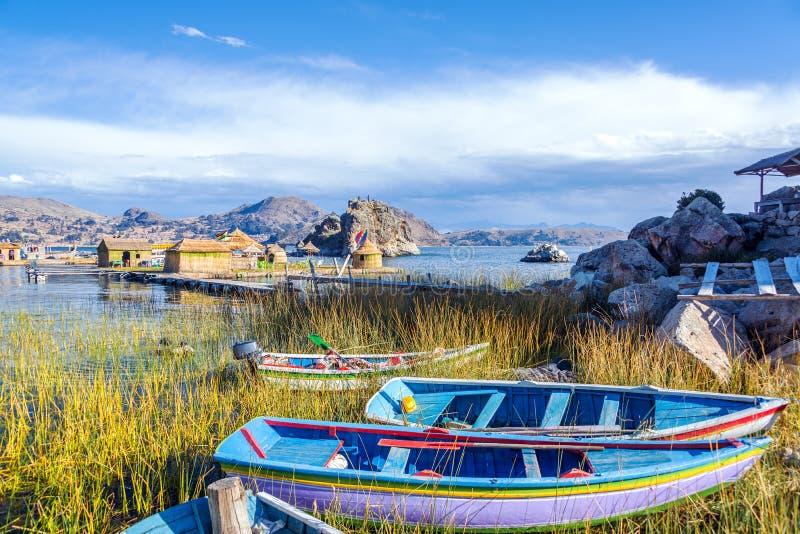 Barcos e islas flotantes imagen de archivo libre de regalías