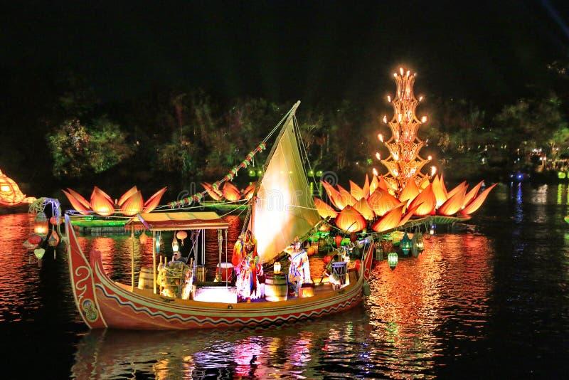 Barcos e luzes na água fotos de stock royalty free