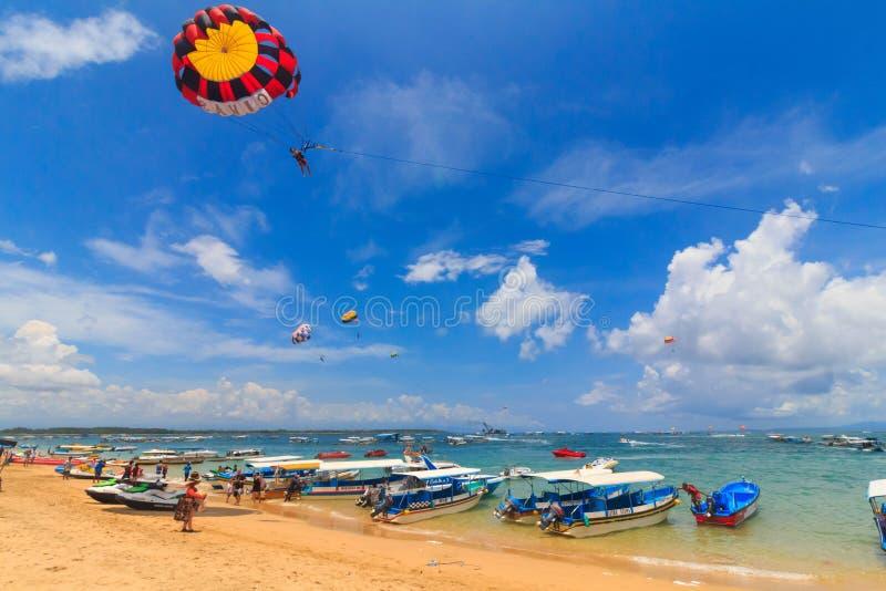 Barcos e parasailing da praia do DUA de Nusa imagens de stock royalty free