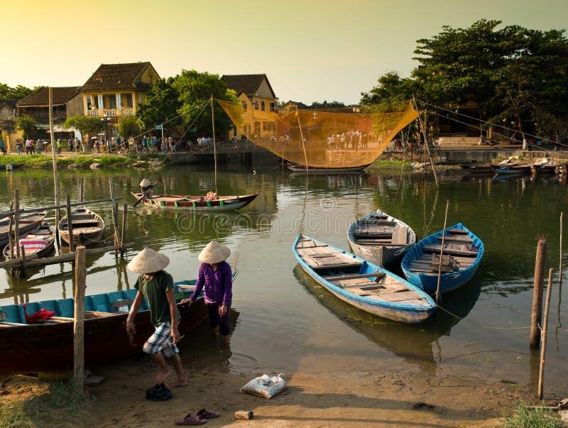 Barcos e pescador coloridos, Hoian - Vietname imagens de stock royalty free