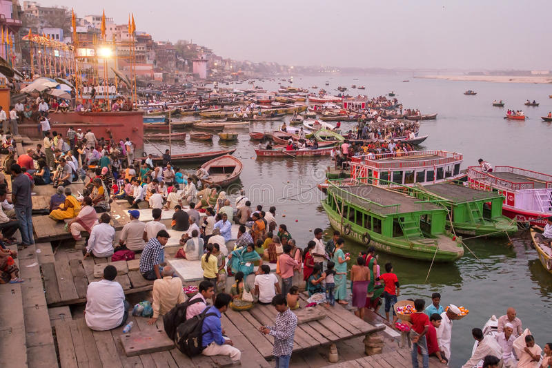 Barcos e povos nos ghats de Ganges River foto de stock royalty free