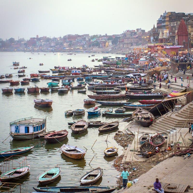 Barcos e povos nos ghats de Ganges River imagens de stock