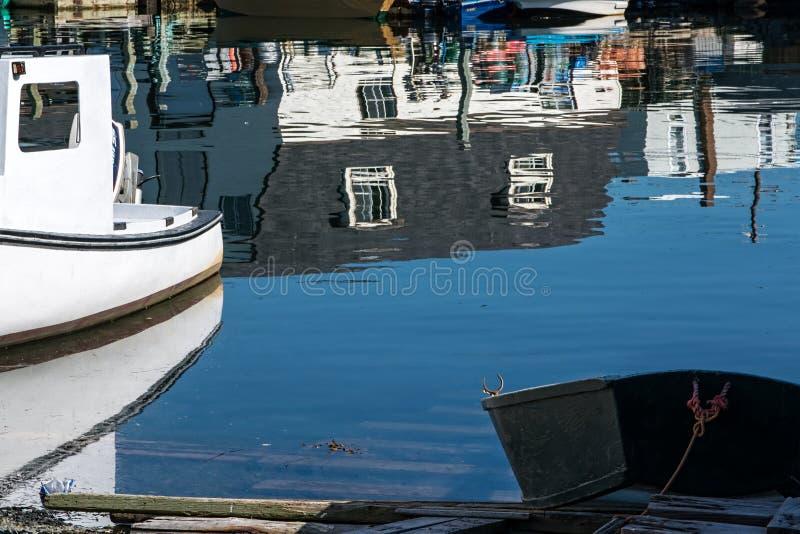 Barcos e reflexões de pesca imagem de stock