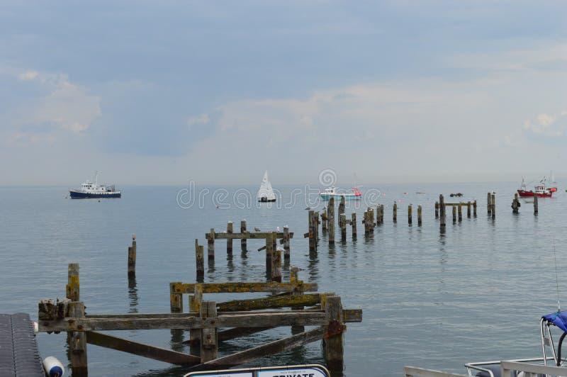 Barcos e staithes no cais velho Dorset de Swanage fotografia de stock