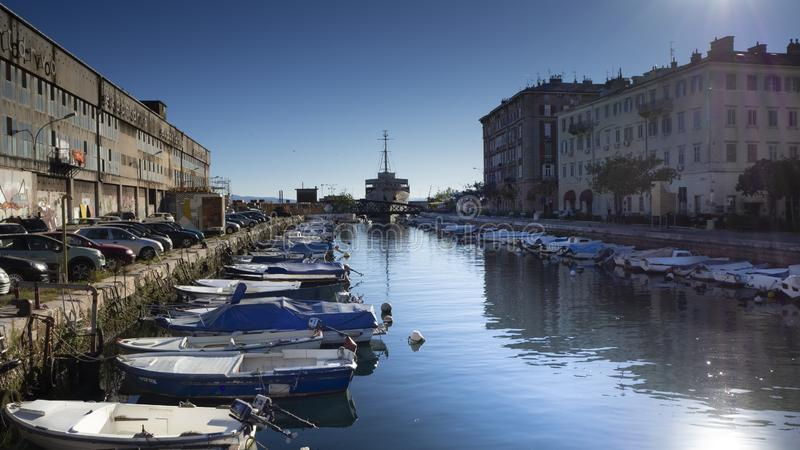 Barcos e vida urbana na margem do ina do  de RjeÄ do rio na cidade Rijeka do porto, Croácia foto de stock royalty free