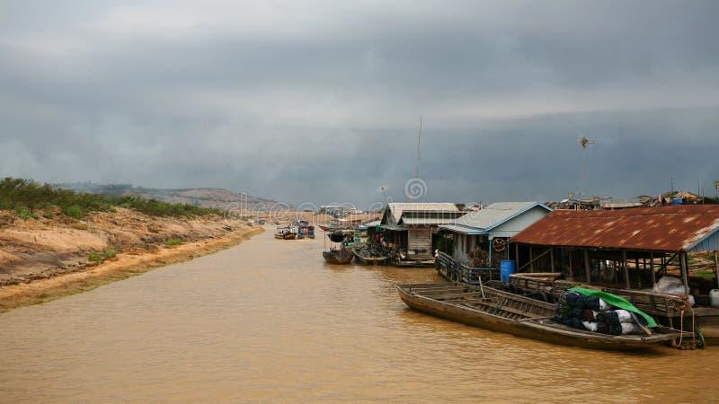 Barcos e vila de flutuação no lago sap de Tonle imagens de stock royalty free