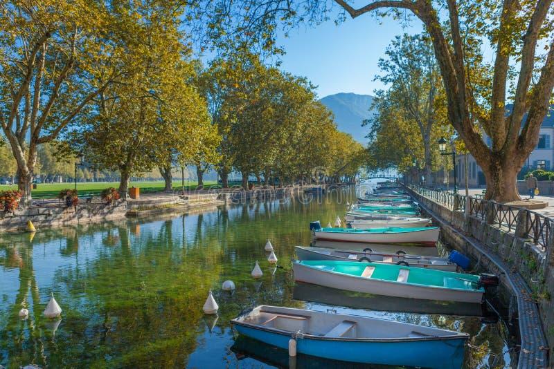 Barcos em Canal Du Vasse Annecy Rhonealpes França imagem de stock