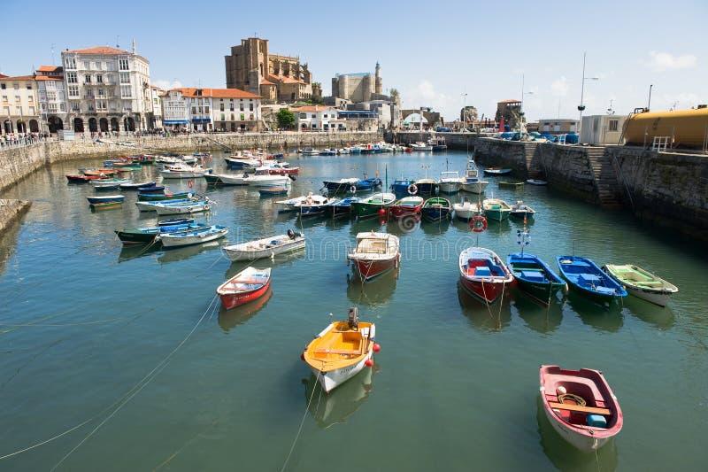 Barcos em Castro Urdiales foto de stock