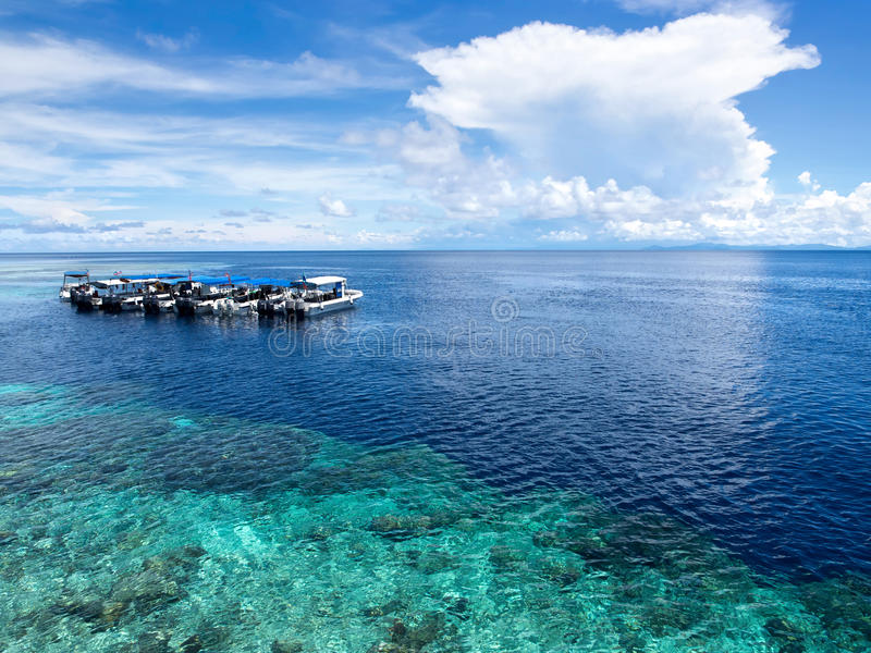 Barcos em Dive Site na ilha de Sipadan, Sabah, malaio foto de stock royalty free