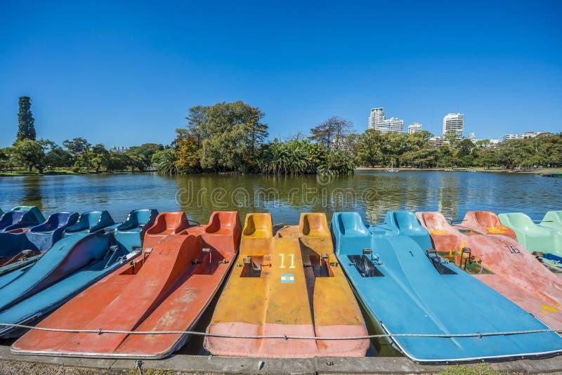 Barcos em madeiras de Palermo em Buenos Aires, Argentina. imagens de stock