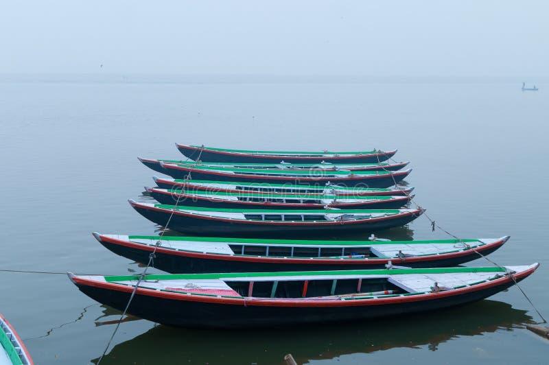 Barcos em seguido na manhã nevoenta de Ganges do rio sagrado varanasi imagens de stock