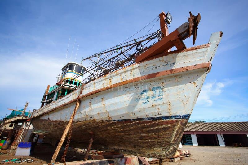 Barcos em suportes, jarda do reparo foto de stock royalty free