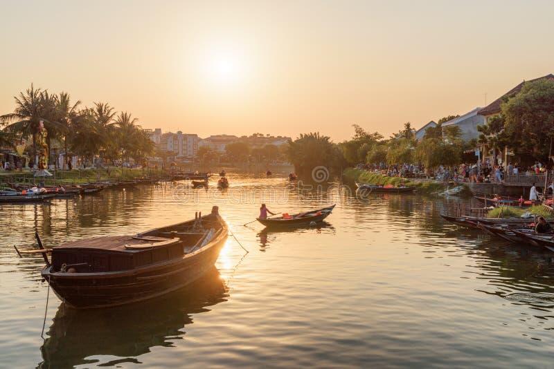 Barcos em Thu Bon River no por do sol, Hoian, Vietname imagem de stock