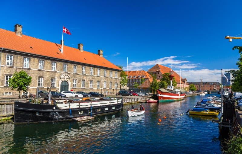Barcos em um canal em Copenhaga foto de stock royalty free
