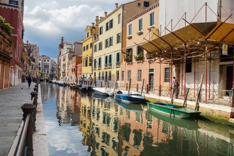 Barcos em um canal em Veneza, Itália fotografia de stock