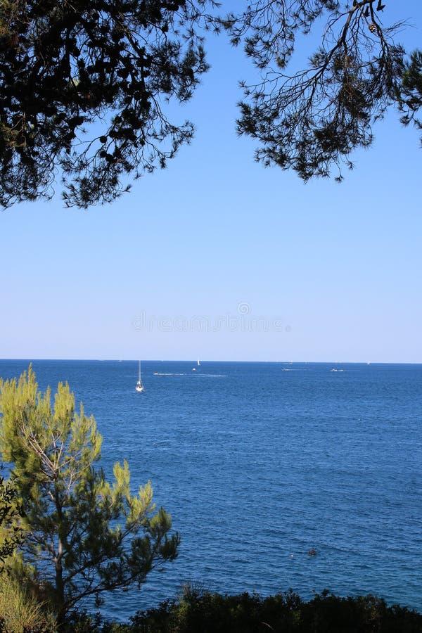 Barcos em um mar de adriático azul perto dos Pula, Croácia fotografia de stock royalty free