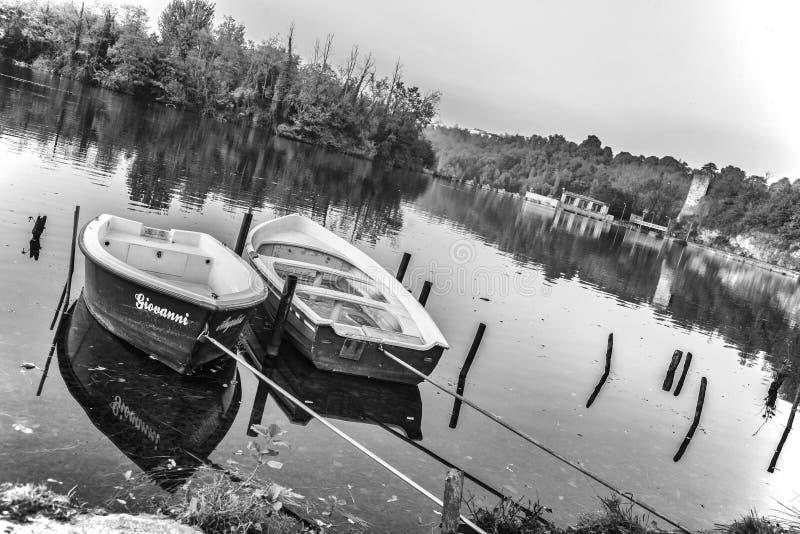 Barcos em um rio fotografia de stock royalty free