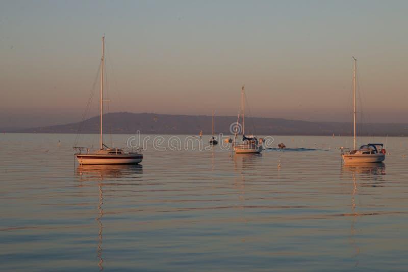 Barcos em uma baía calma imagem de stock