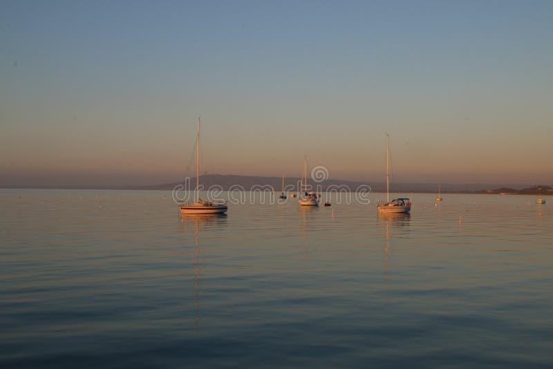 Barcos em uma baía calma fotos de stock royalty free