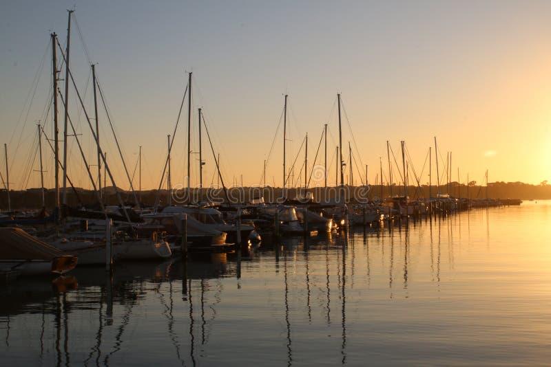 Barcos em uma baía calma imagens de stock