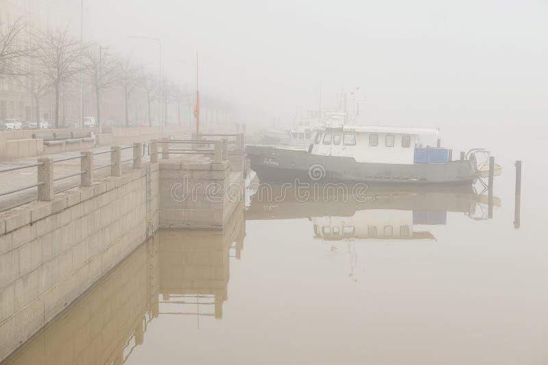 Barcos em uma névoa em Helsínquia, Finlandia fotografia de stock