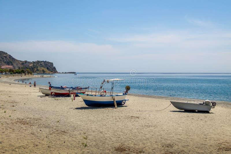 Barcos em uma praia mediterrânea do mar Ionian - porto de Bova, Calabria, Itália fotografia de stock royalty free