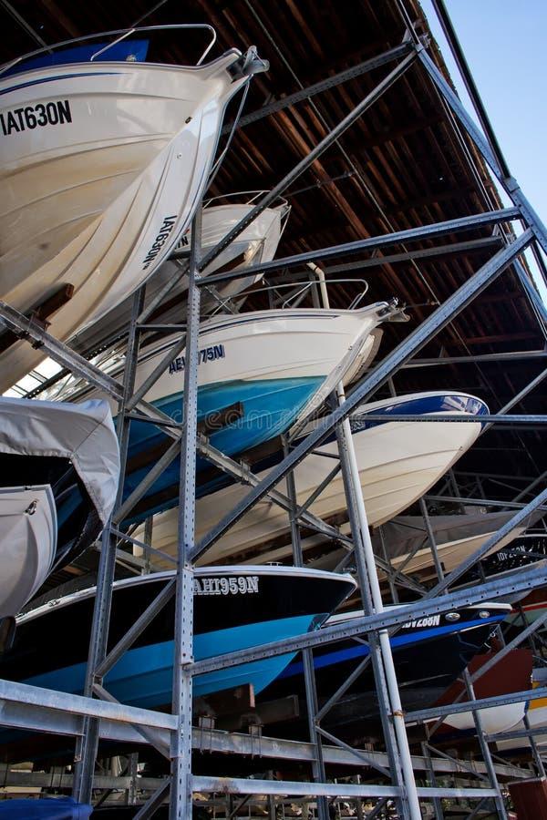 Barcos en almacenamiento de estante fotos de archivo