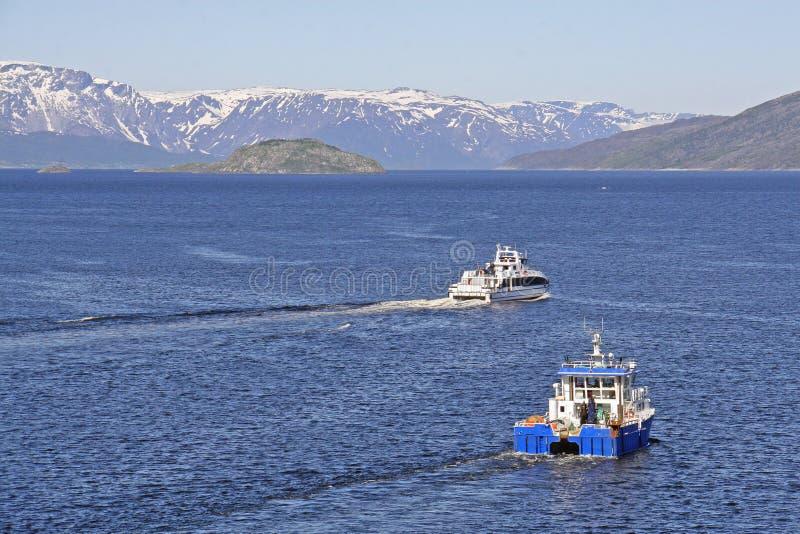 Barcos en Alta Fiord con las montañas capsuladas nieve fotos de archivo libres de regalías