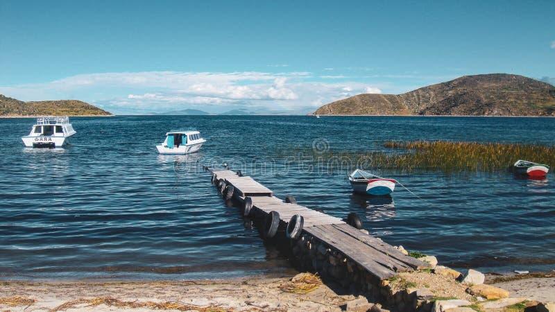 Barcos en Copacabana, Bolivia imagen de archivo