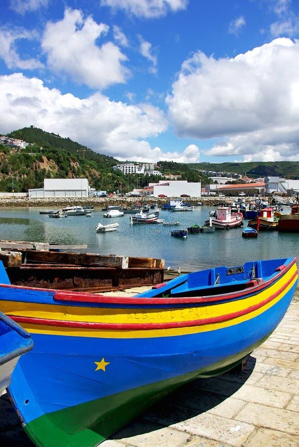 Barcos en el acceso de Sesimbra. foto de archivo libre de regalías
