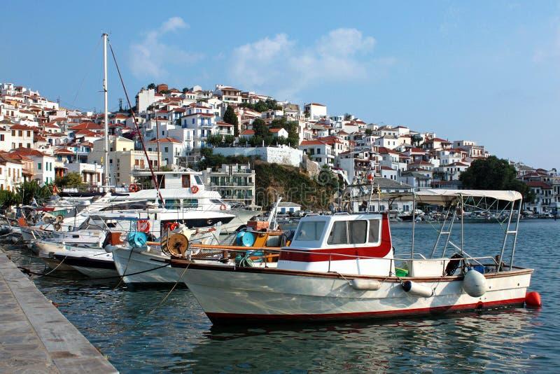 Barcos en el acceso de Skopelos una isla griega fotografía de archivo