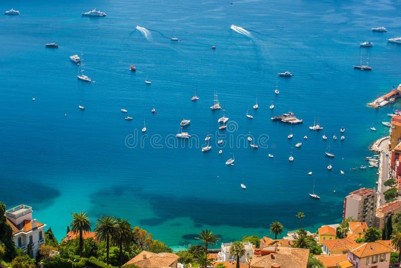 Barcos en el ` Azur de Cote d frente al mar fotografía de archivo