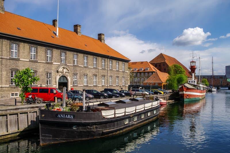 Barcos en el cannel de Frederiksholms, cerca del edificio de los intravenosos del cristiano fotografía de archivo