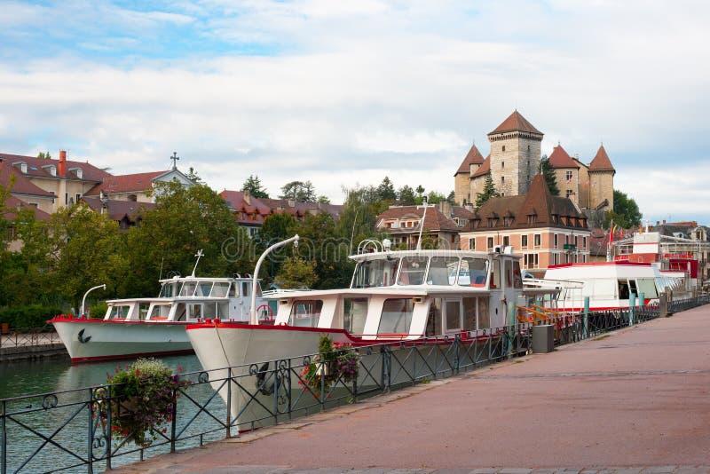 Barcos en el embarcadero en Annecy fotos de archivo libres de regalías
