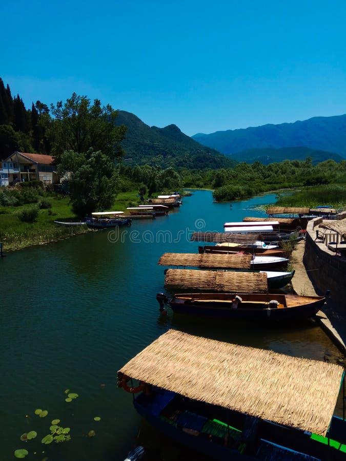 Barcos en el embarcadero en el lago Skadar en Montenegro imagen de archivo libre de regalías