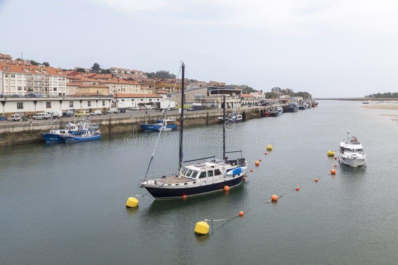 Barcos en el estuario de San Vicente de la Barquera, Cantabria, S fotos de archivo libres de regalías